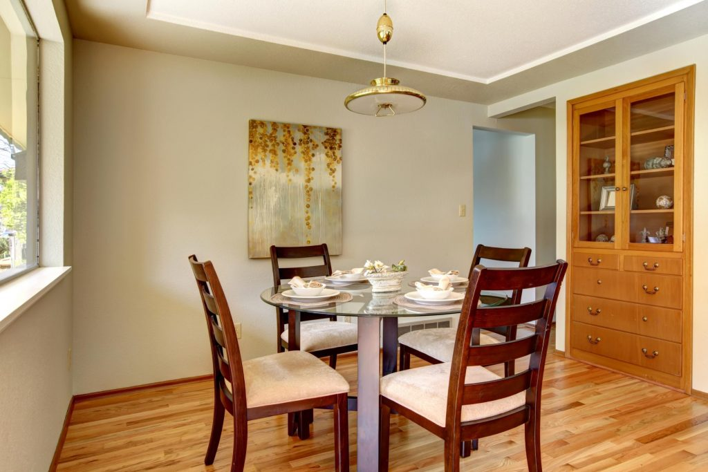 round dinning table with ceiling lamp